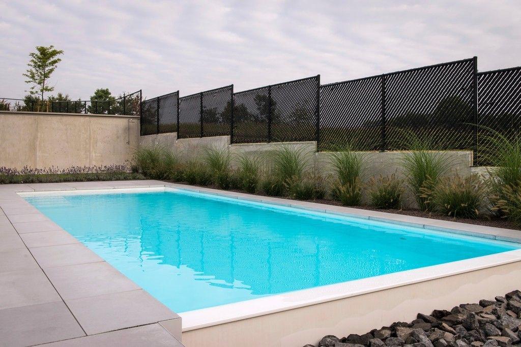 Nijs nv L'habitation épurée se reflète dans la piscine