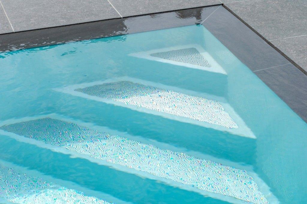 Zwembad van bollen zwembaden une piscine dans un jardin for Piscine reflea